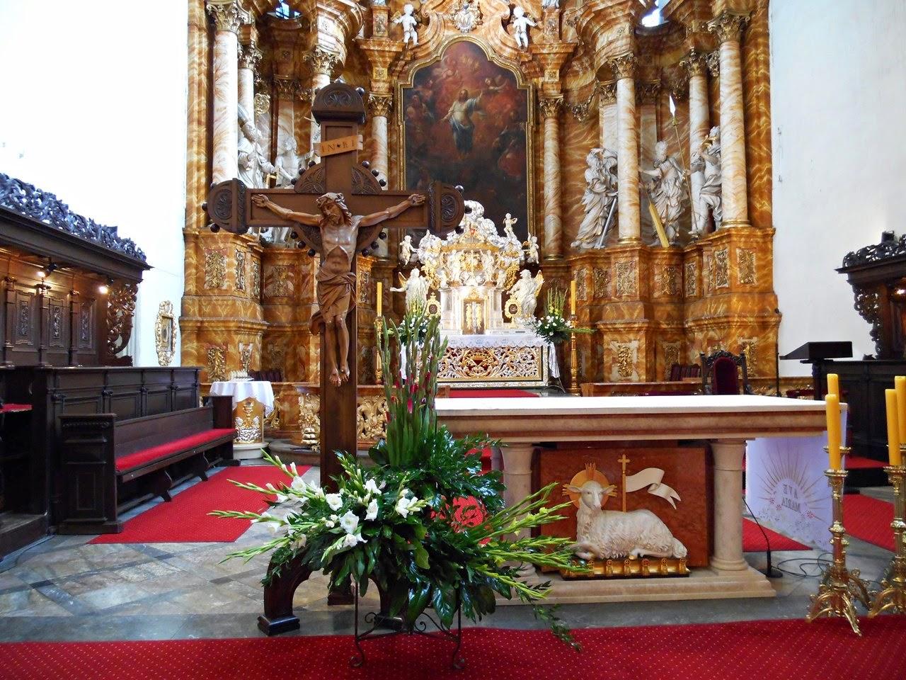 kościół w Jeleniej Górze, kwiaty, wystrój, stalle