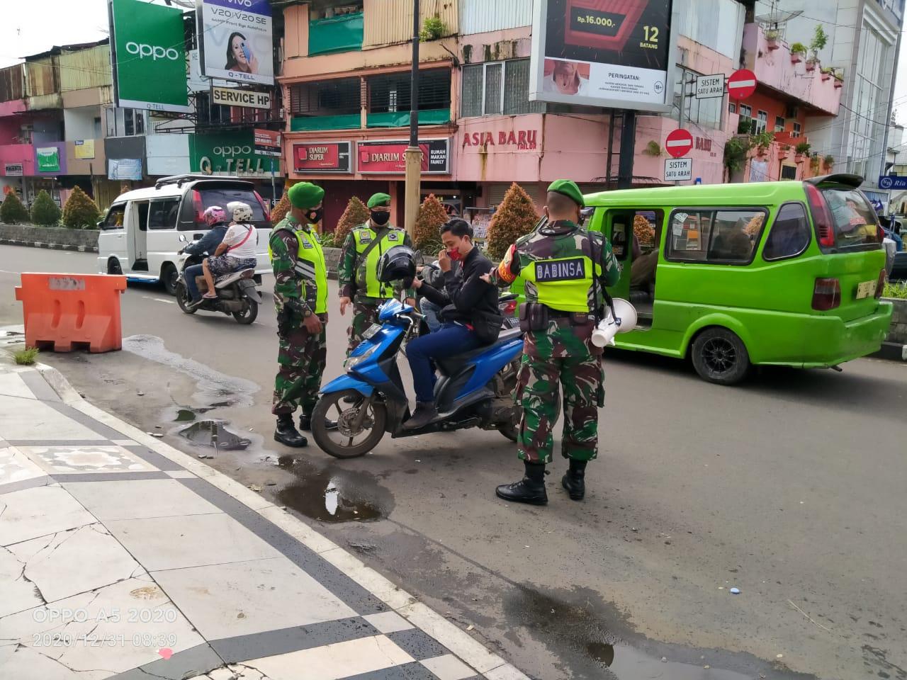 Personel TNI Kodim 0607 Kota Sukabumi Menyisir Sejumlah Tempat Jelang Pergantian Tahun