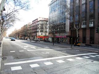 Una mediana arbolada divide la calle, de tres carriles en cada sentido.