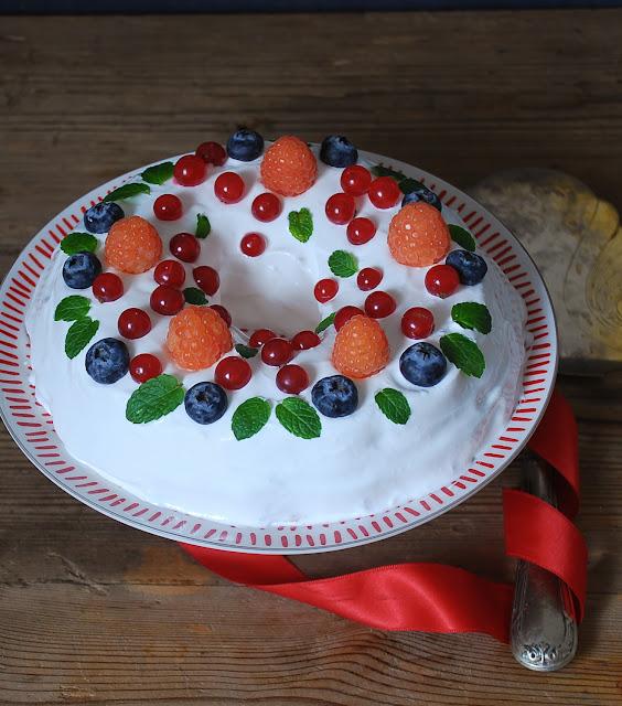 Corona de limón, merengue y frutos rojos