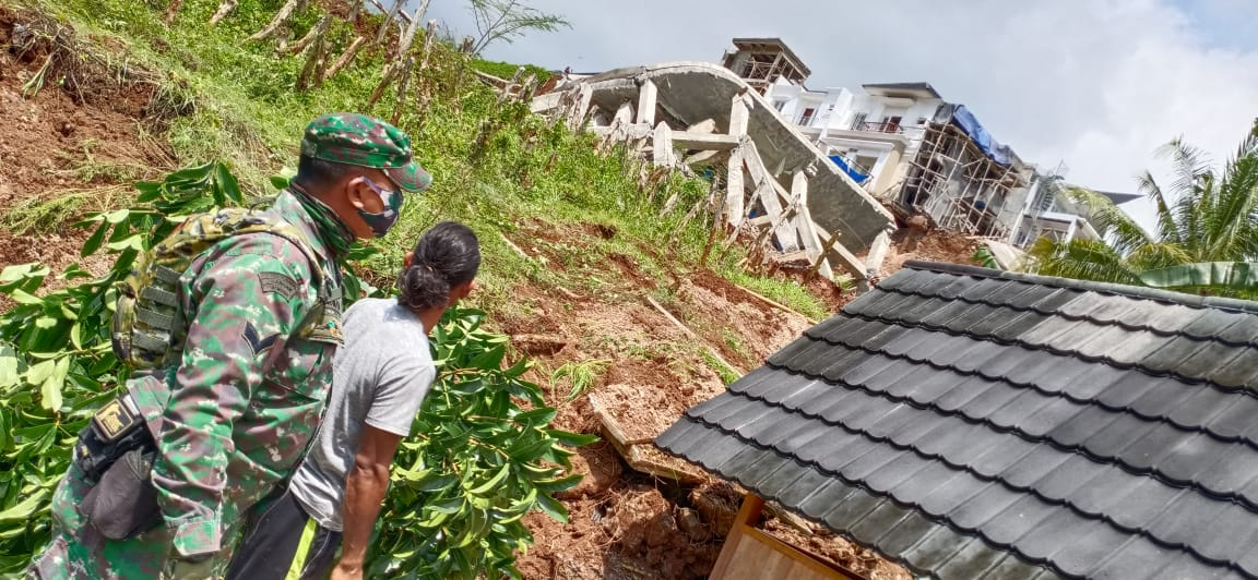 Babinsa Koramil 410-02/TBS Kodim 0410/KBL memonitor adanya peristiwa robohnya dua unit rumah mewah di komplek Citraland