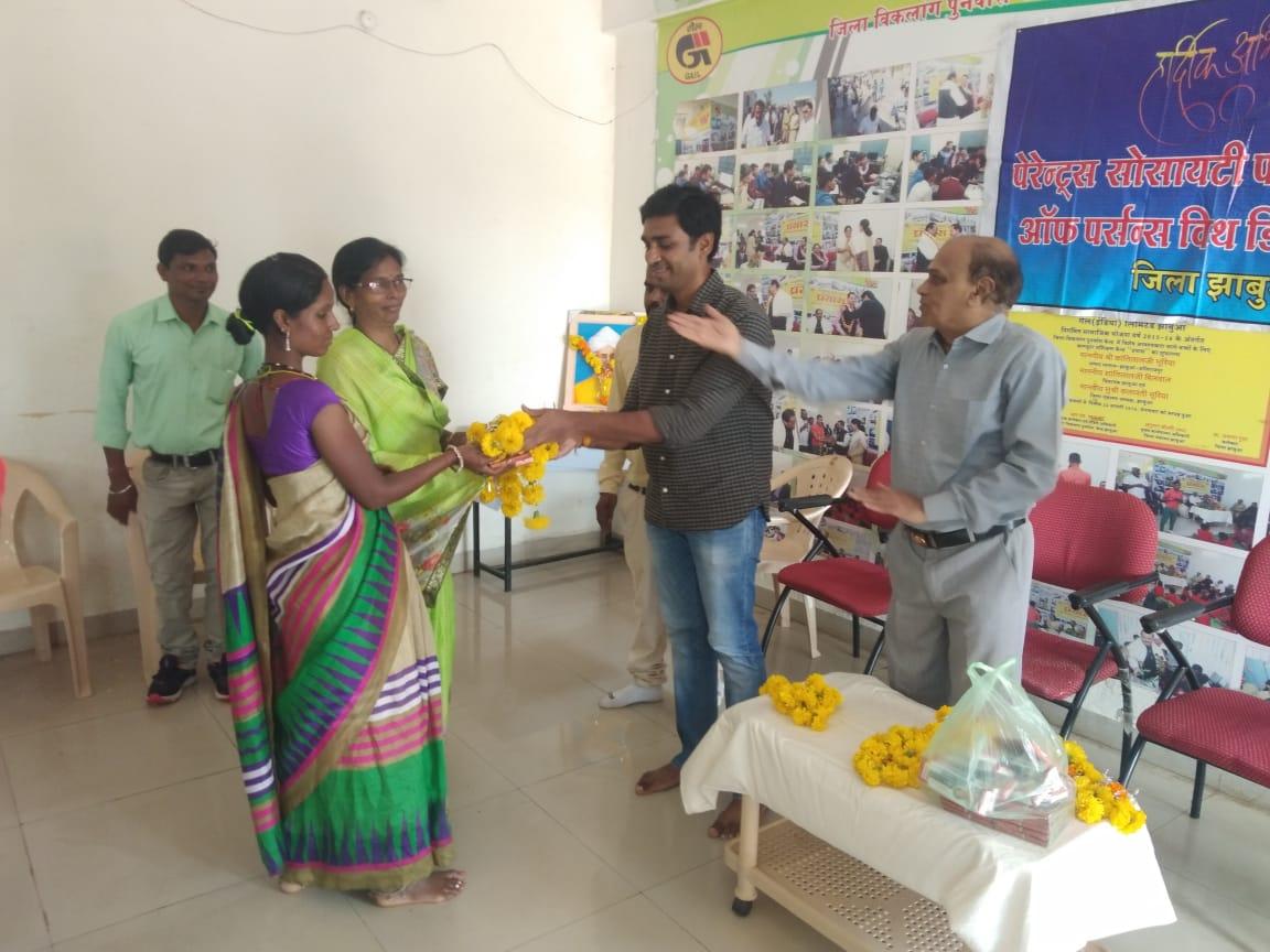 Jhabua News-दिव्यांगजनों के बीच उनके शिक्षकों का सम्मान कर मनाया शिक्षक दिवस