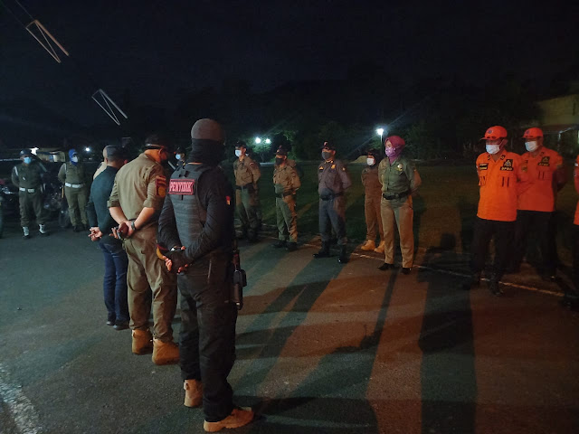 Wabup Lingga Bersama Pegawai Satpol PP Melakukan Patroli Berkeliling di Tempat Keramaian di Daik