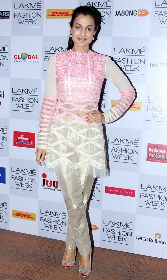 Indian Glamours Girl Ameesha Patel Stills In White Dress At Lakme Fashion Week