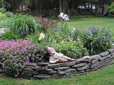 aiuola rialzata-aiuola-giardino-pietra