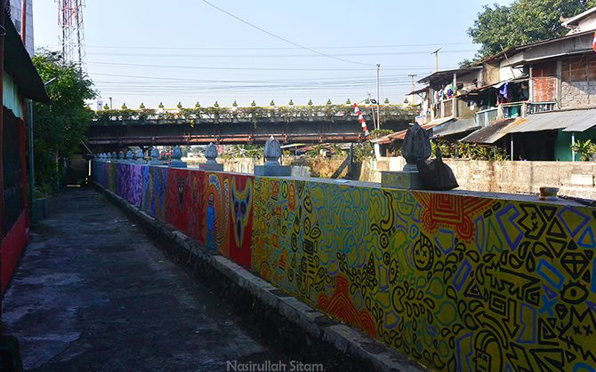 Pagar pembatas Kali Code penuh dengan mural indah