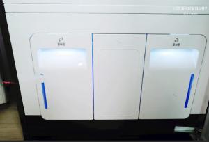 Được trang bị 1 ngăn chứa nước sạch, 1 ngăn chứa nước thải và 1 ngăn đựng phụ kiện