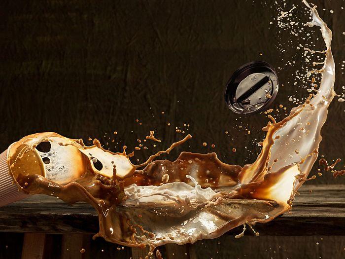 Café derramándose un ejemplo de fluido