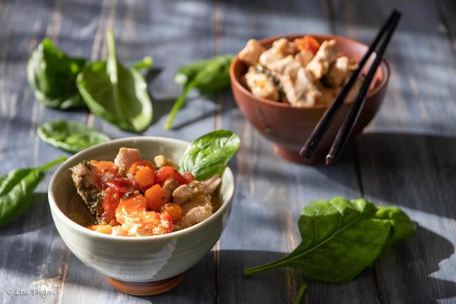 Pollo in brodo con carote e spinaci freschi