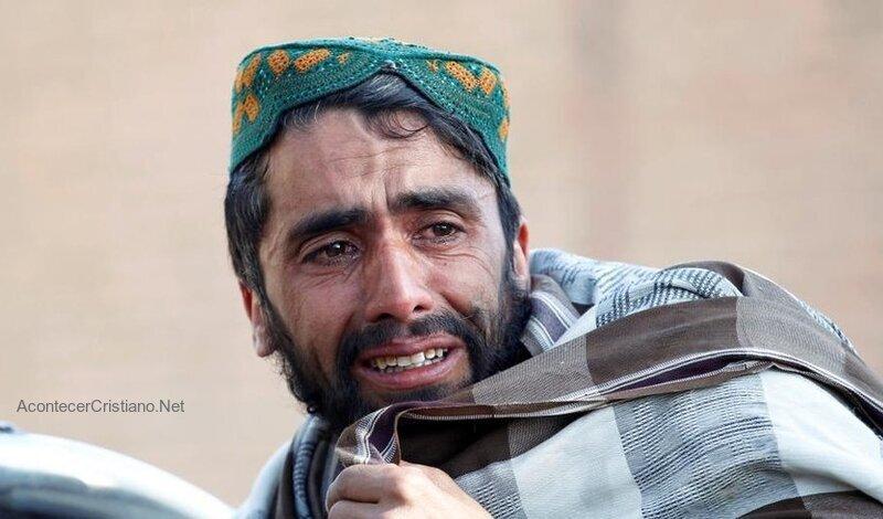 Hombre huye de Afganistán por temor a los talibanes
