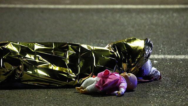 La imagen de una muñeca junto a un cuerpo, símbolo desgarrador de la tragedia en Niza