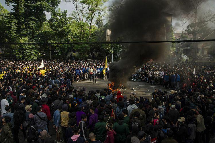 Ribuan Mahasiswa Kepung Istana, Presiden Kabur?
