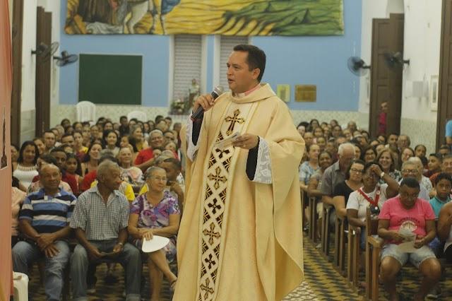 Segunda noite do novenário para Santa Teresinha em Elesbão Veloso tem celebração presidida pelo padre Raniery, reitor do Santuário Santa Cruz dos Milagres.