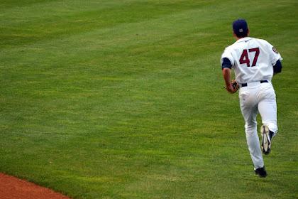 Pemain baseball menjalankan bidang permainan