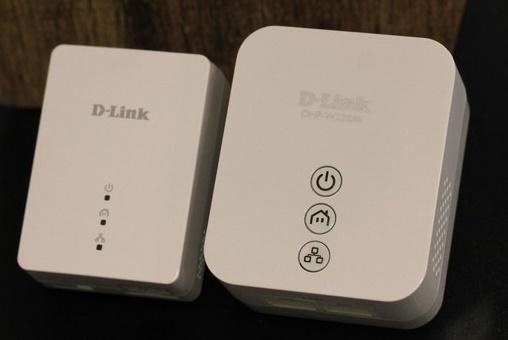 Extensores Powerline: um é ligado ao roteador via cabo de rede e outro recebe sinal via rede elétrica