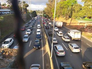 Engavetamento causa congestionamento quilométrico na Raposo Tavares