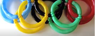 Olympische Ringe aus Modellierballons geformt.