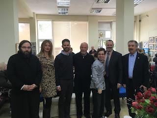 Ο Βαγγέλης Αυγουλάς με τον Πάτερ Δημήτριο, την Παναγιώτα Καρκαλέτση, τον Δημήτρη Αποστολόπουλο, το Γιάννη Βέργο και το Μένιο Σακελλαρόπουλο