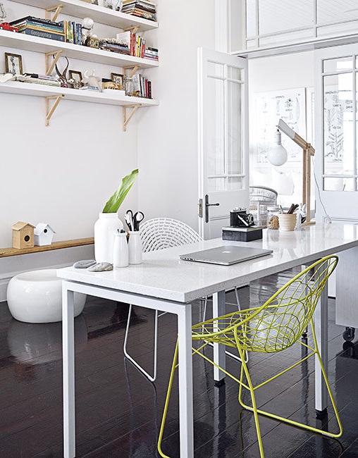 zona de trabajo con mesa blanca y silla de metal fluor chicanddeco