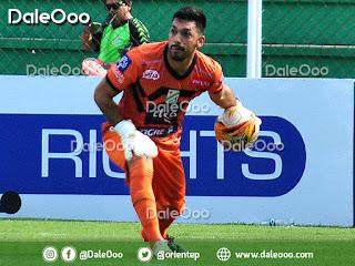 Diego Zamora molesto por la decisión de Néstor Clausen de sacarlo en el entretiempo del partido entre Oriente Petrolero y The Strongest - DaleOoo