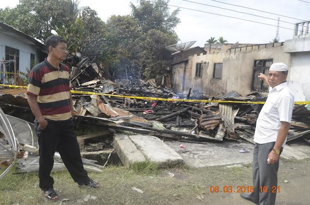 Warga menunjukkan lokasi rumah yang ludes terbakar.