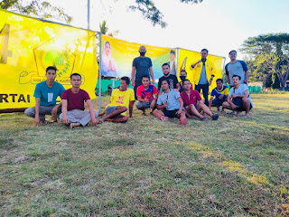 Sari Yuliati dan Lalu Satriawandi Bantu Perataan Lapangan Bola Janapria