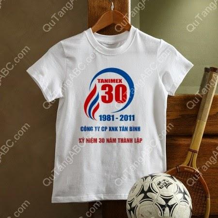 in logo lên áo thun trắng