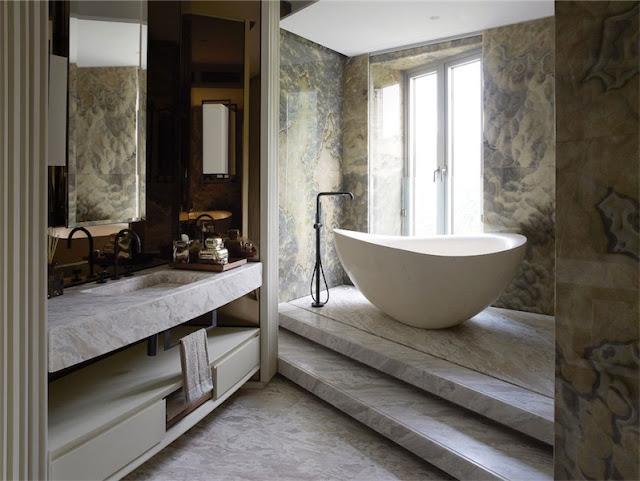 bañera exenta de diseño paredes de marmol chic and deco