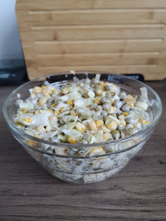 Najprostsza na świecie sałatka z kukurydzą i groszkiem