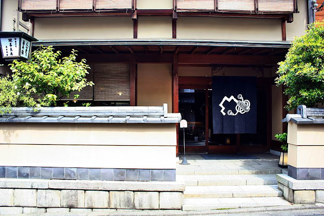 Kagizen Yoshifusa: An 18th Century Tea and Confectionery Institution in Kyoto