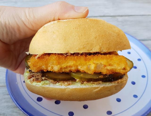 """Rezept: Fischbrötchen für Kinder, Teil 1 - """"Fiete"""" mit Fischstäbchen. Mit dänischem Gurkensalat, Remoulade und Röstzwiebeln zubereitet, ist das Fischbrötchen ein Genuss!"""