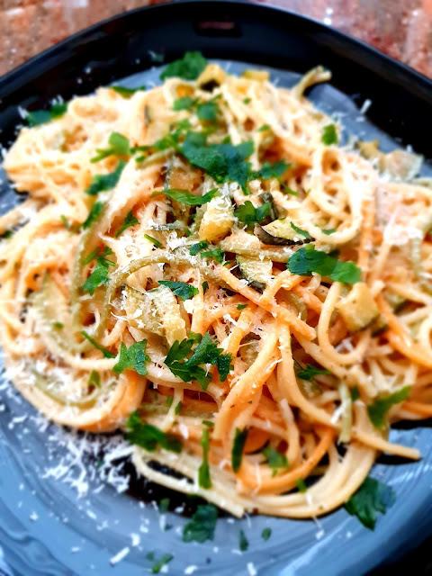 spaghetti z cukinią,dania z cukinii,cukinia z makaronem,dania na leto,szybki makaron,z kuchni do kuchni,najlepszy blog kulinarny,suszone grzyby,