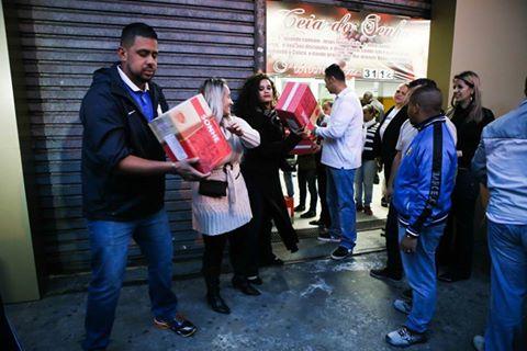 Colaboradores organizando a fila para a entrega das cestas