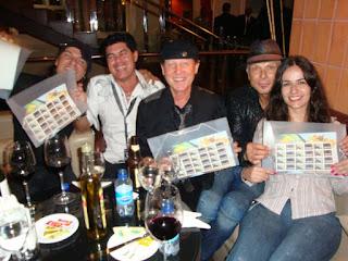 Foto de Roberta (Scorpions Brazil) com Paulo Baron e os integrantes do Scorpions Klaus Meine, Matthias Jabs e Rudolf Schenker, com os selos que a banda recebeu em São Luis, 2010