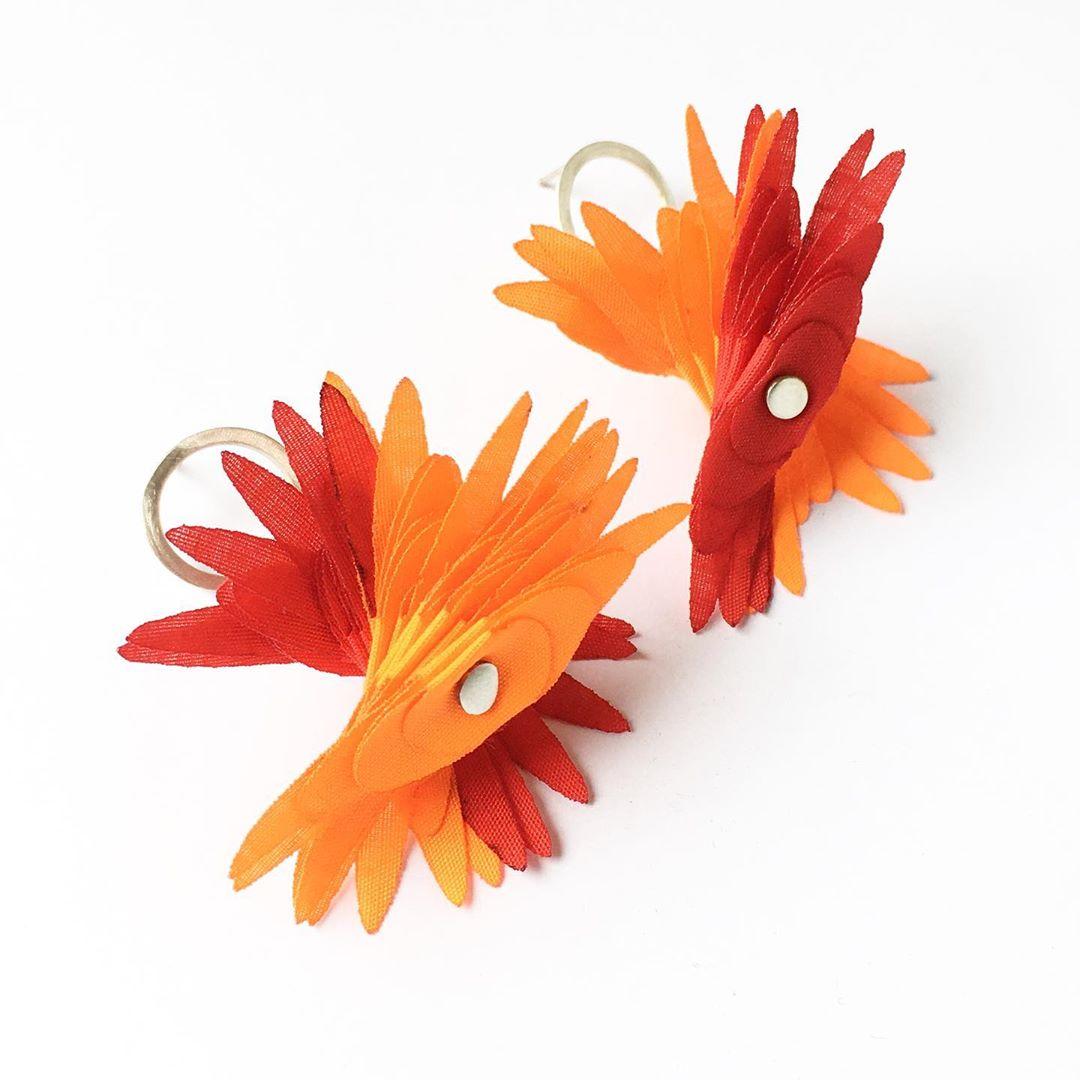 aros creados con textiles en desuso de color rojo y amarillo