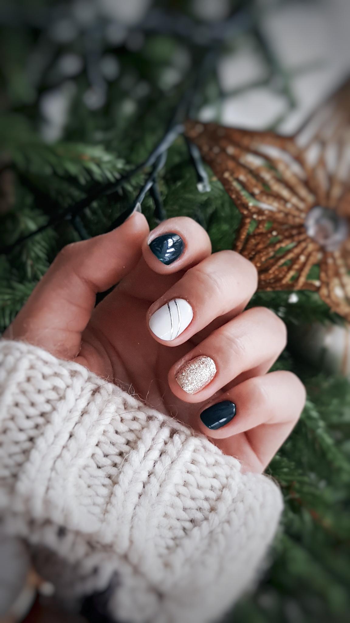 Paznokcie w kolorze butelkowej zieleni. Świąteczne paznokcie.