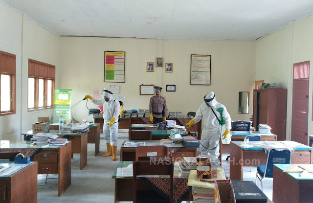 Brimob Aceh Lakukan Penyemprotan Disinfektan di SMP Negeri 3 Lembah Seulawah