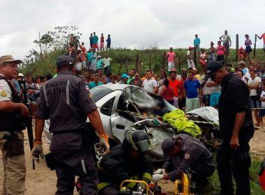 Três morrem e dois ficam feridos em colisão entre ônibus e carro