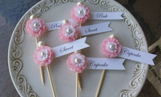 Idei decor candy bar fetita balerina cu etichete pe scobitori si pom-pom roz
