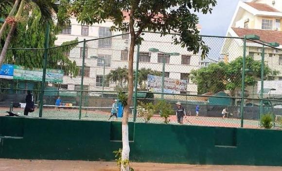 Đắk Lắk: Quảng trường, sân tenis… vẫn đông người