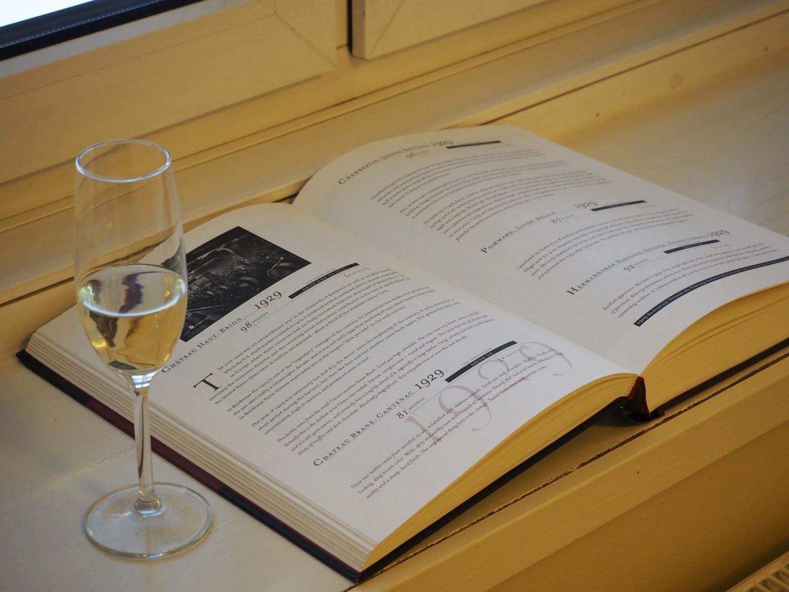 kuohuvaa ja viinikirja hotellihuoneessa