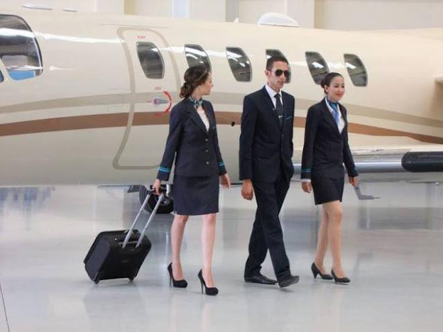 مضيفات يكشفن: 'لماذا لا يجب أبداً خلع الحذاء بالطائرة؟' لن تصدق ماذا يكون بالقرب من امتعتك على متن الطائرة!!