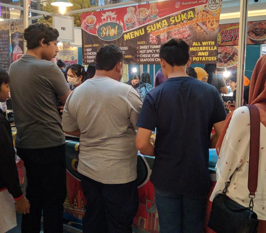 Antrian di 3 Pot Thai Street Semarang