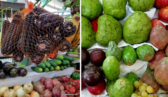 Maíz morado, chirimoia e outros vegetais típicos do Peru, no Mercado de Surquillo, em Lima