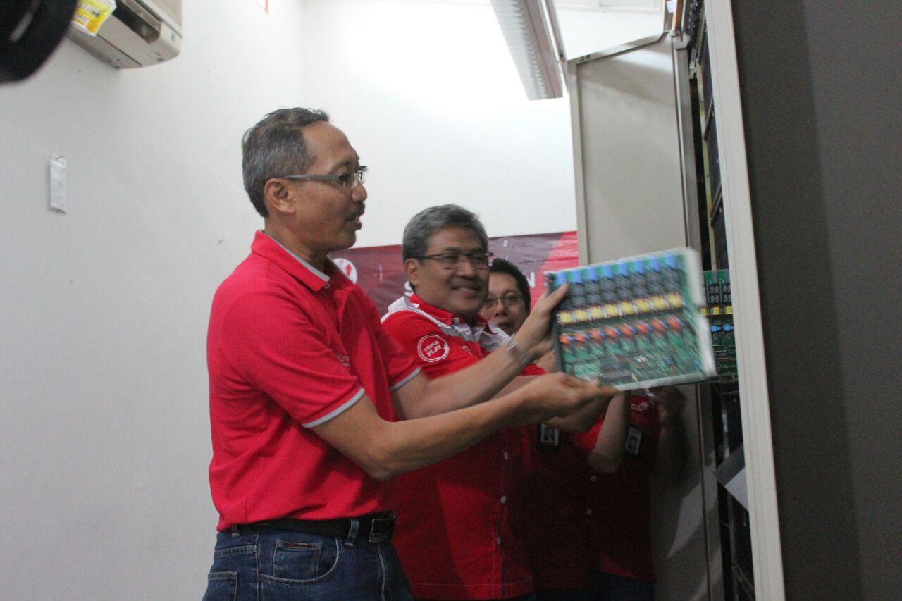 Direktur Network& IT Services Telkom Abdus Somad Arief (kiri) melepas modul di STO Sarangan sekaligus diikuti oleh 29 STO lain se-Indonesia. Telkom melakukan modernisasi ke-30 STO sekaligus mengganti jaringan kabel tembaga ke fiber optik.