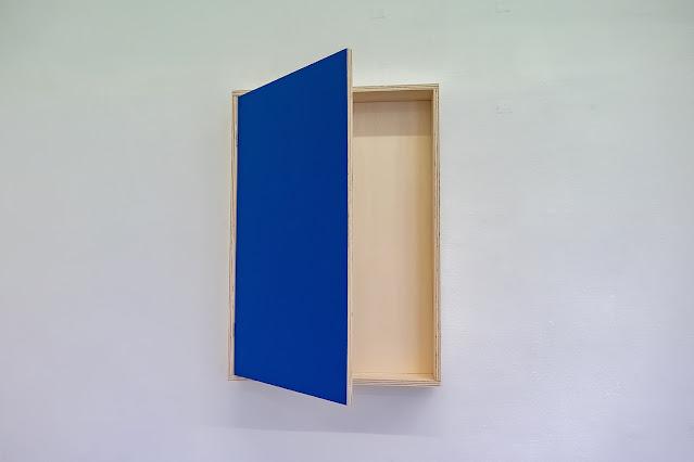 Chris Zintzen: Bodenlose Kisten – Raum als Objekt und Lücke | Zur Ausstellung Lotte Lyon: Hard Opening