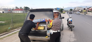 "SatLantas Polres Luwu Utara Pasang Sticker ""Ayo Pakai Masker"" di Angkutan Umum Maupun Truck dan Pick Up"
