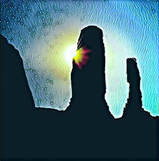 Rocas negras altas a contraluz