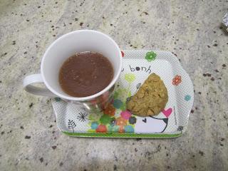 Chocolat chaud aux cookies fait avec un cookies aux pépites de beurre de cacahuète