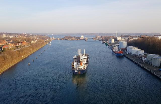 7 Lieblingsplätze zum Schiffe gucken in Kiel. Wir Küstenkinder lieben es, dem Schiffsverkehr auf der Kieler Förde und dem Nord-Ostsee-Kanal zuzusehen! Auf Küstenkidsunterwegs verrate ich Euch die besten Stellen und Aussichtspunkte für die Schiffsbeobachtung in Kiel und Umgebung!